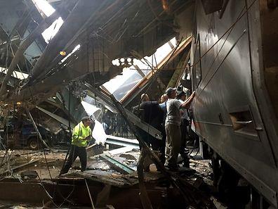 Der Zug entgleiste und schob sich ins Bahnhofsgebäude, dessen Dach teilweise einstürzte.