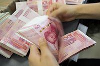 """ARCHIV - 18.07.2018, China, Nanton: Eine Bankangestellte zählt ein Bündel Geldscheine. (zu dpa """"Handelsstreit eskaliert weiter - China wertet Yuan stark ab"""") Foto: Xu Jingbo/SIPA Asia via ZUMA Wire/dpa +++ dpa-Bildfunk +++"""