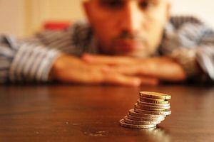 uberschuldung, geld, surendettement, schulden Foto: Shutterstock  Überschuldung, Schulden  Um knapp 30 Prozent steigen die Beiträge, die nicht gepfändet oder abgetreten werden können. Aktuell kann der Anteil des Lohns über 1750 Euro netto komplett einbehalten werden