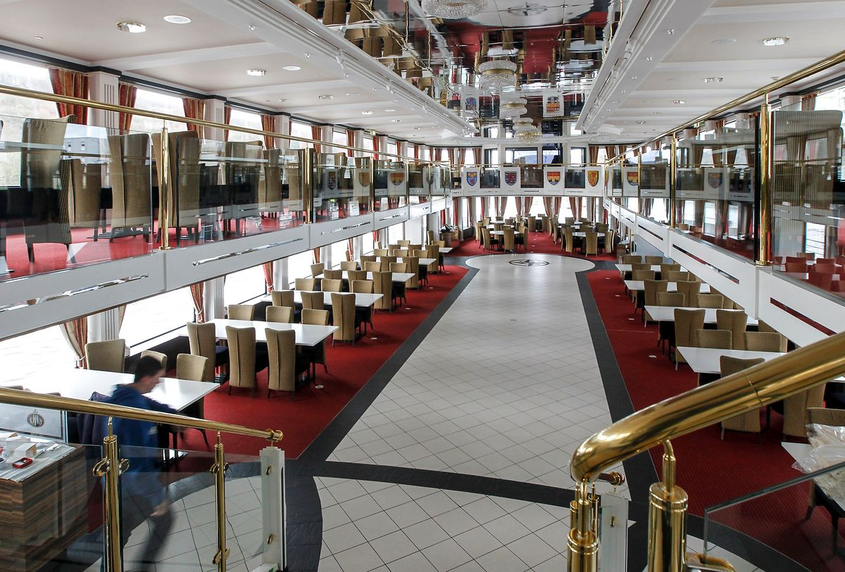 220 Sitzplätze gibt es im Saal. Auf der Dachterrasse können zudem weitere 280 Passagiere zusteigen.