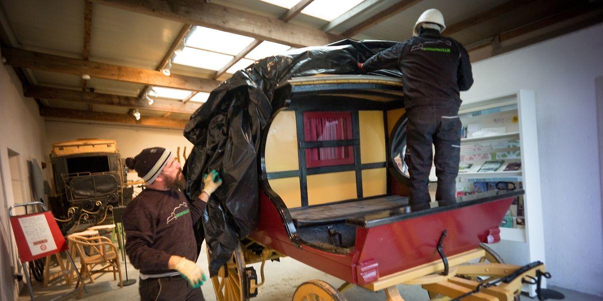 An ihrem neuen Ausstellungsort wird die Kutsche wieder ausgepackt.