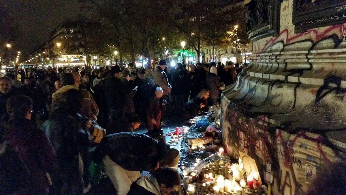 Sur un billet on peut lire: «Paris n'a pas peur puisqu'il est dans nos coeurs».