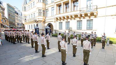 Mit der feierlichen Wachablösung vor dem Palais beginnen die Feiern zum Nationalfeiertag.
