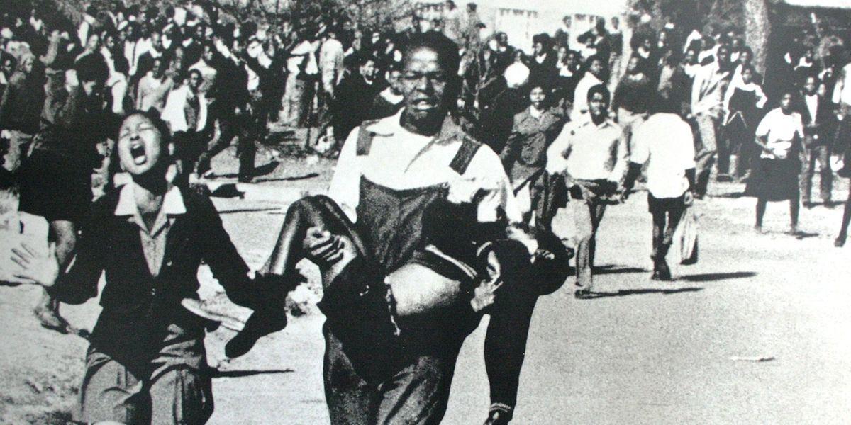 Ein Kamerad trägt den Leichnam von Hector Pieterson. Der 13-Jährige starb am 16 Juni 1976 im Kugelhagel der Polizei. Das Bild des Fotografen Sam Nzima ging um die ganze Welt.