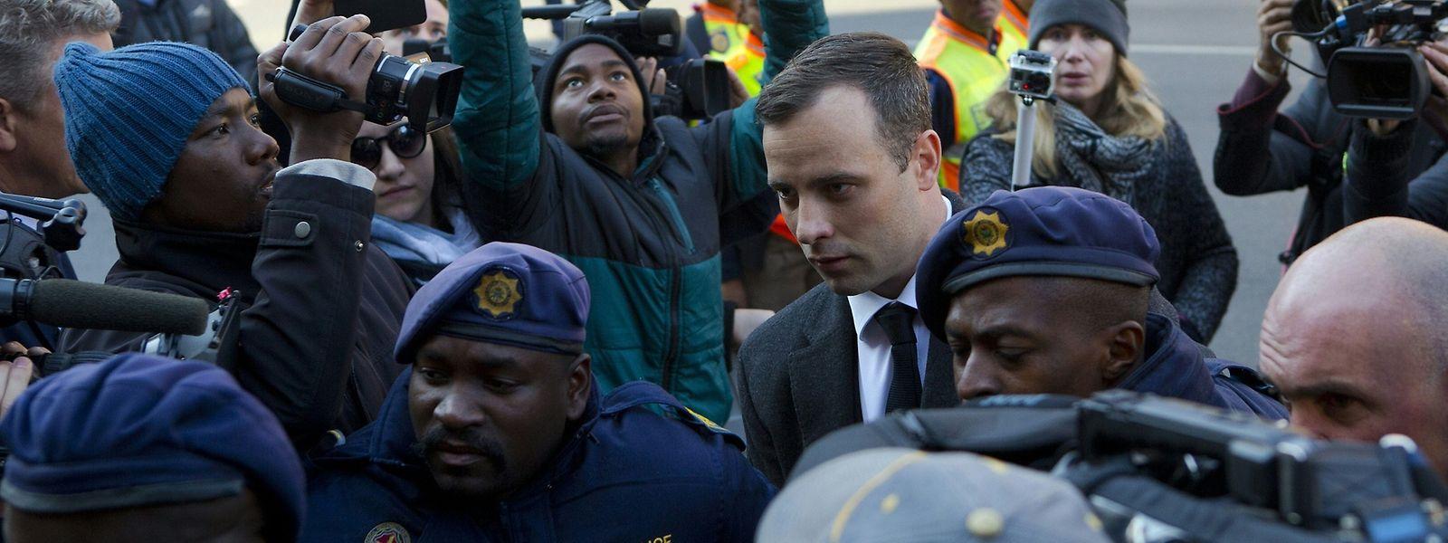 Pistorius war bei seiner Ankunft im Gerichtsgebäude von Polizisten und Medienvertretern umlagert.