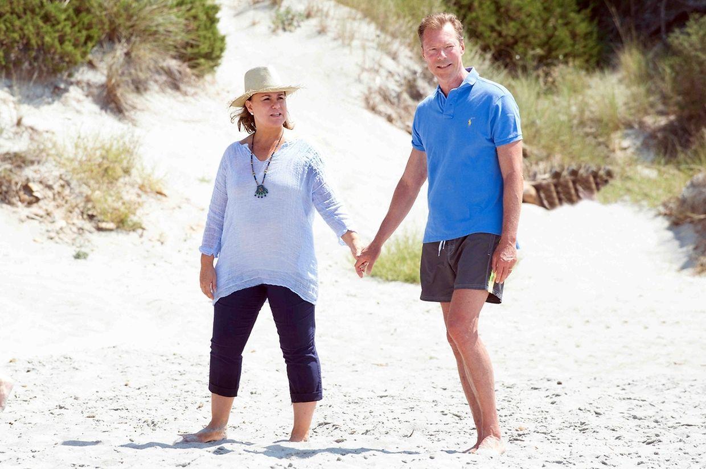 Großherzog Henri und Großherzogin Maria Teresa beim Strandspaziergang.