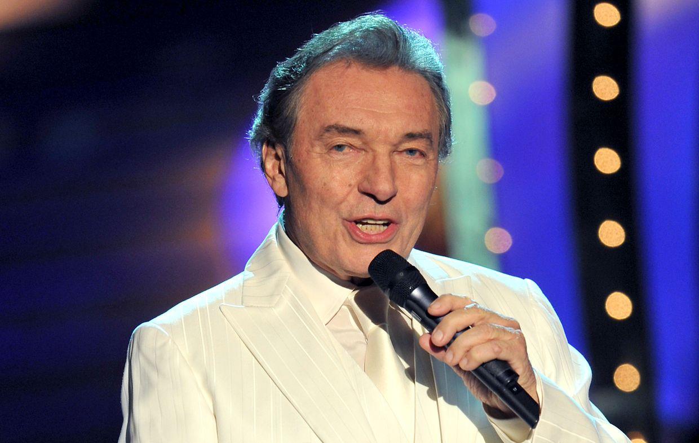Der Sänger Karel Gott tritt in der Rothaus-Arena bei der Aufzeichnung der Weihnachtsausgabe der ZDF-Fernsehsendung «Willkommen bei Carmen Nebel» auf.