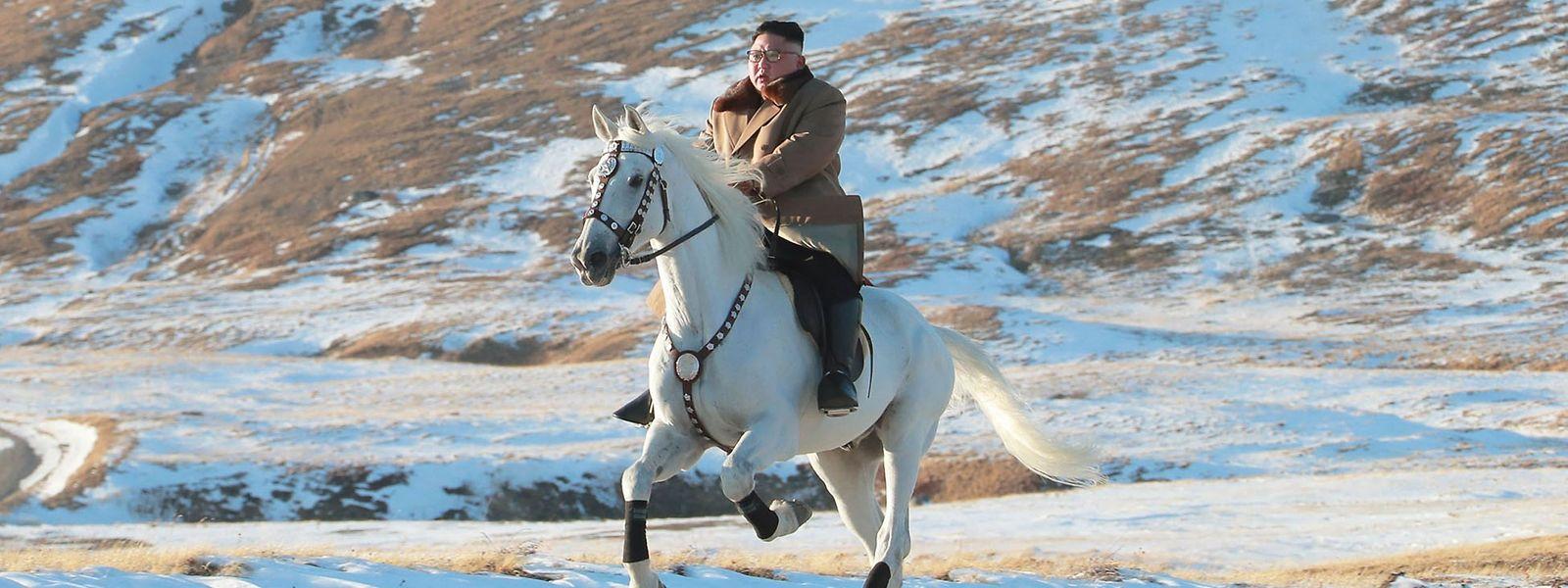 Kim Jong-un chevauchant fièrement un destrier blanc. Le dictateur nord-coréen utilise à plein la mythologie du mont Paekdu.