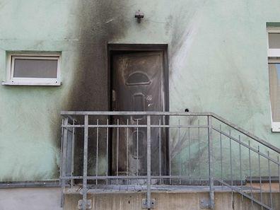 Des traces de fumée peuvent être observées après un attentat à la bombe à l'entrée de la mosquée.