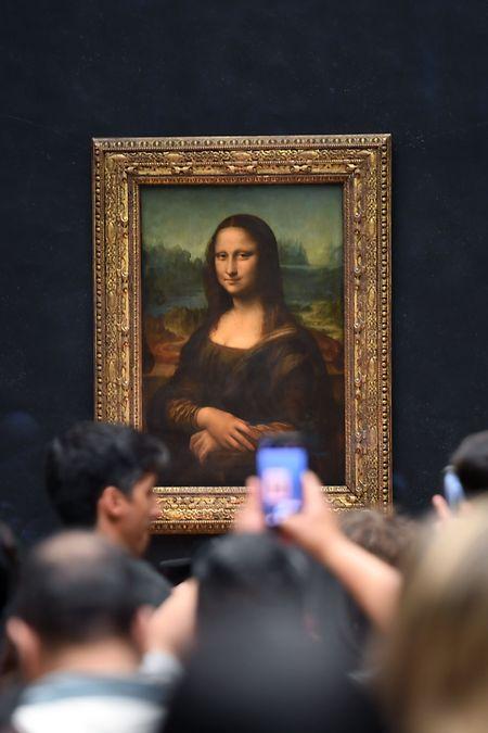 Tausende Menschen täglich drängeln sich normalerweise ganz schamlos vor, um Mona Lisas Lächeln im Louvre zu erhaschen.