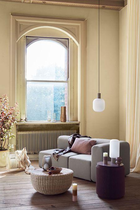 Runde Formen, gemütliche Stoffe und warme Farben: Gerade ist bei der Einrichtung Gemütlichkeit angesagt. Hier ein Wohnbeispiel von Broste Copenhagen.