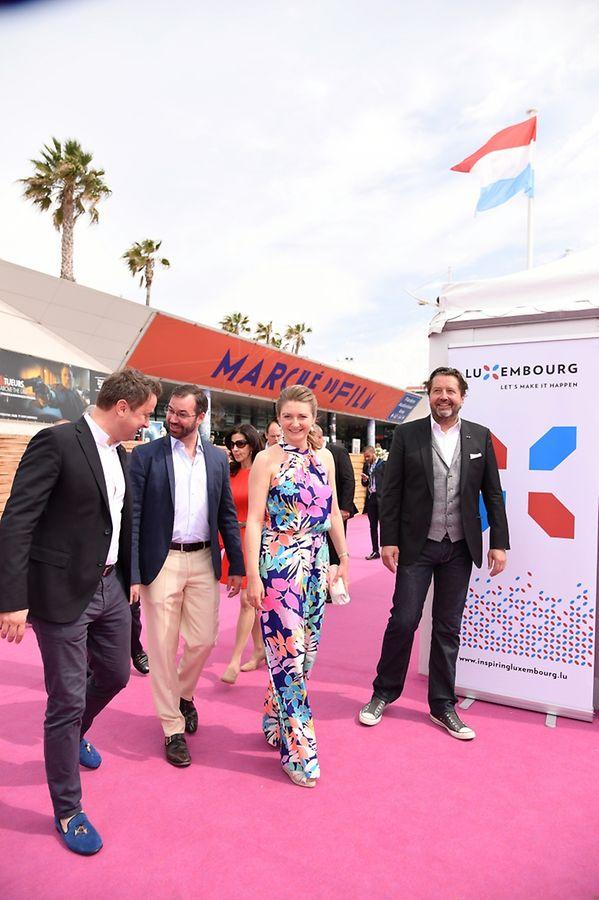 Le Premier ministre Xavier Bettel, le Grand-duc héritier Guillaume et son épouse Stéphanie sont accueillis par le directeur du Film Fund Guy Daleiden au Pavillon luxembourgeois.