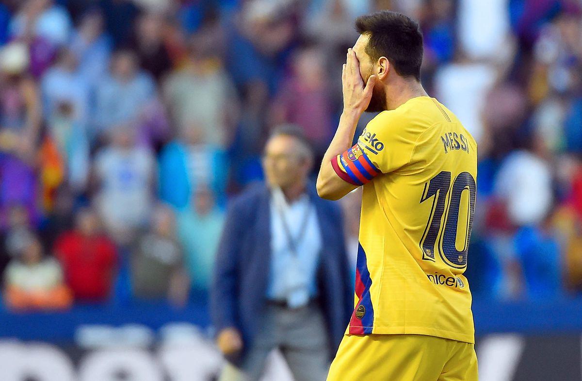 Lionel Messi se cache le visage après la défaite honteuse du Barça à Levante (1-3)