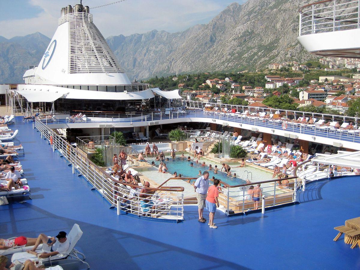 Die Riviera hat ein großräumiges Pooldeck.