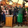 22.09.2018, Bayern, München: Markus Söder (l-r, CSU), Ministerpräsident von Bayern, und seine Frau Karin Baumüller-Söder schauen Dieter Reiter (SPD), Oberbürgermeister von München beim traditionellen Fassanstich zu. Das größte Volksfest der Welt dauert vom 22.09. bis zum 07.10.2018. Foto: Peter Kneffel/dpa +++ dpa-Bildfunk +++