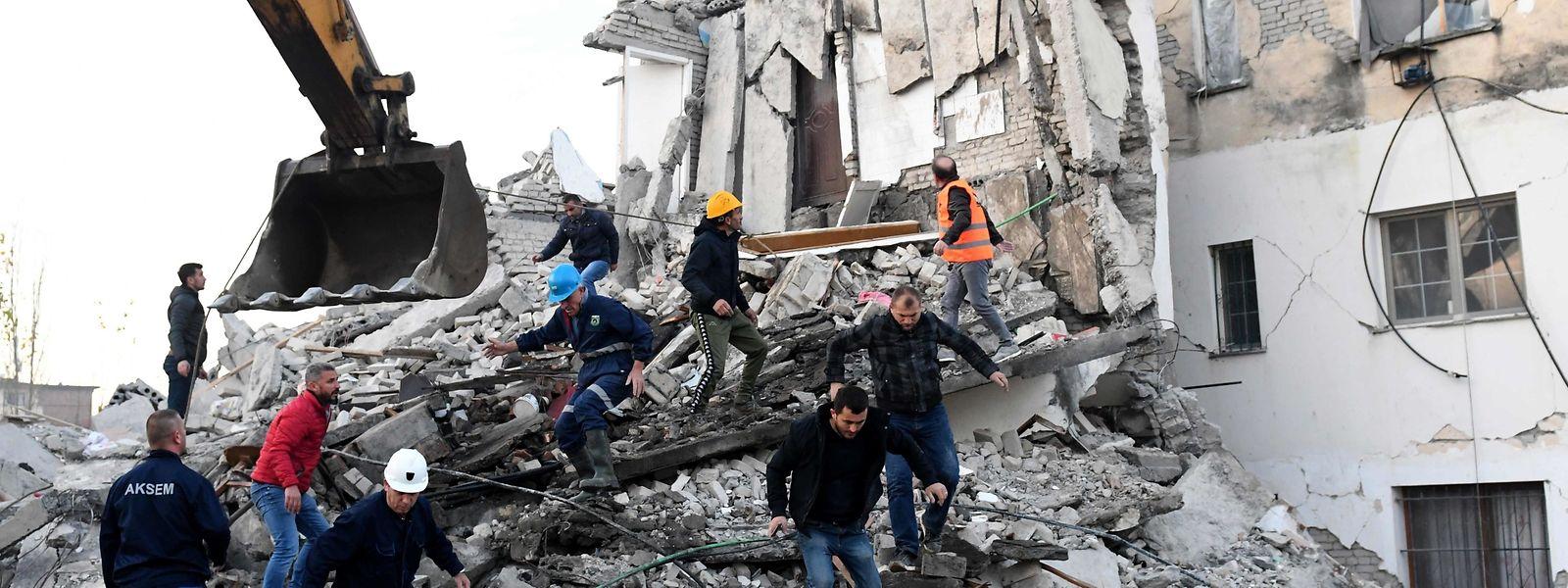 Des dizaines d'Albanais ont succombé suite aux secousses de la semaine dernière, créant une émotion internationale.