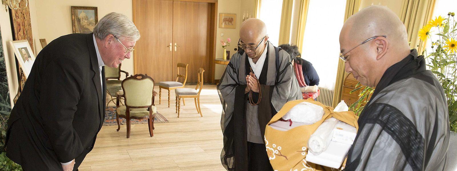Erzbischof Jean-Claude Hollerich- hier bei einem Empfang für Zen-Meister aus Japan - teilt mit Papst Franziskus eine Leidenschaft für das fernöstliche Land.