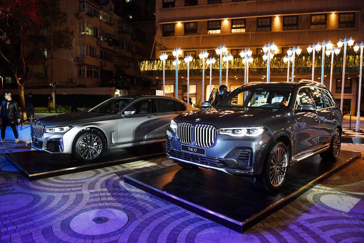 La BMW X7 (R) et des modèles de la Série 7 présentés avant l'ouverture du festival automobile de Shanghai.