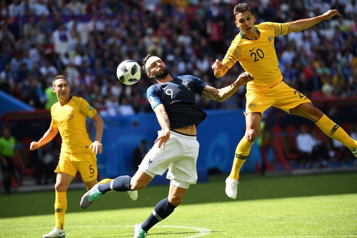 Olivier Giroud (n°9, en bleu) au duel avec le défenseur australien Trent Sainsbury (n°20, en jaune)