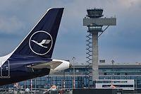 ARCHIV - 06.05.2021, Brandenburg, Schönefeld: Ein Passagierflugzeug der Fluggesellschaft Lufthansa steht auf dem Areal des Hauptstadtflughafens Berlin-Brandenburg (BER) abseits der Start- und Landebahn. Die Deutsche Lufthansa AG berichtet an diesem Donnerstag über ihr Geschäft im zweiten Quartal, das weiterhin stark von der Corona-Pandemie bestimmt war. (zu dpa «Lufthansa berichtet über schwieriges zweites Quartal») Foto: Patrick Pleul/dpa-Zentralbild/dpa +++ dpa-Bildfunk +++