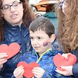 Politische Fl�chtlinge verteilen Papierherzen zum Valentinstag / Foto: Bettina OPRETZKA