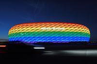 """ARCHIV - 09.07.2016, Bayern, München: Die Hülle der Allianz Arena leuchtet anlässlich des Christopher Street Days in Regenbogenfarben. (zu """"UEFA-Beschluss: Münchner EM-Stadion nicht in Regenbogen-Farben"""") Foto: Tobias Hase/dpa +++ dpa-Bildfunk +++"""