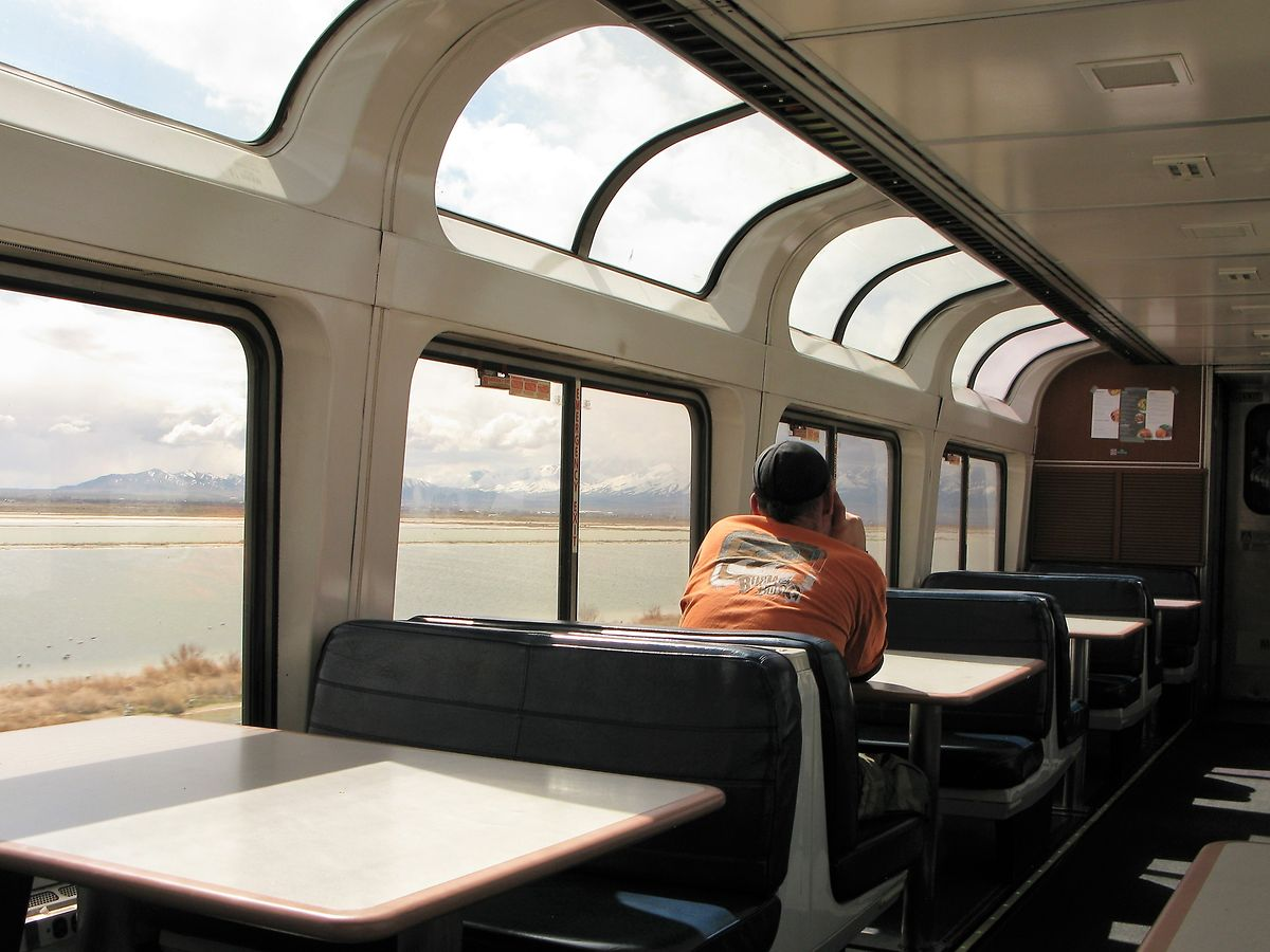 """Die gewölbten Panoramafenster im """"Lounge Car"""" bieten grandiose Aussichten."""