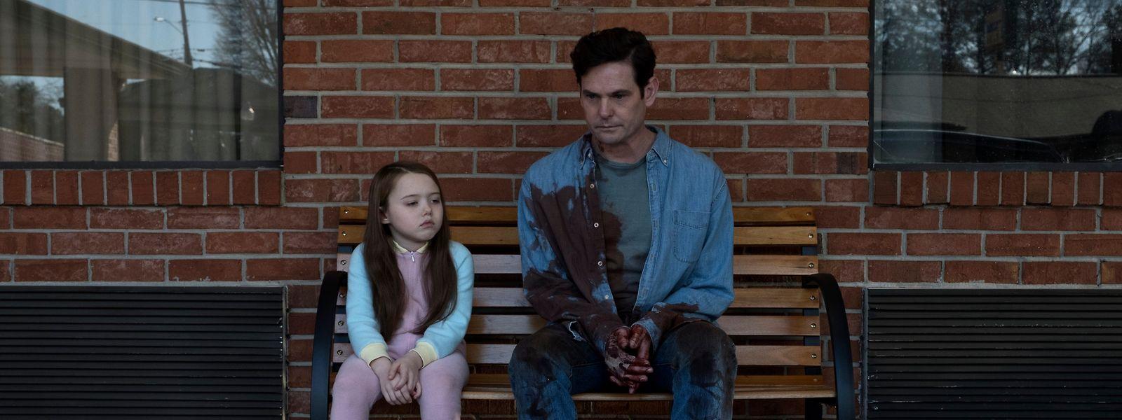 Das Familiendrama geht nicht spurlos an Hugh Craine (Timothy Hutton) und Tochter Nell (Violet McGraw) vorbei.