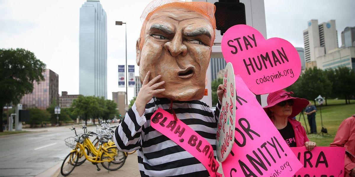 Demonstranten protestieren gegen Trumps Auftritt bei der Waffenlobby NRA.