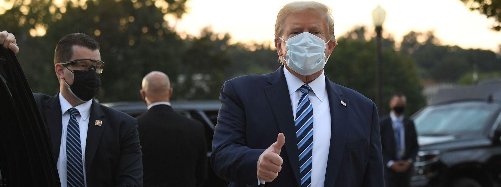 Donald Trump präsentiert sich trotz Corona-Infektion als starker Mann. Am Montag kehrte er in das Weiße Haus zurück.