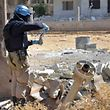 Ein UN-Experte beim Sammeln von Bodenproben im vergangenen August neben einem Flugkörper nahe der syrischen Hauptstadt Damaskus.