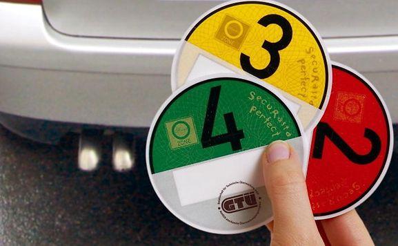 Nur mit der grünen Umweltplakette darf man ab Februar 2013 noch in die Mainzer Innenstadt hinein fahren.