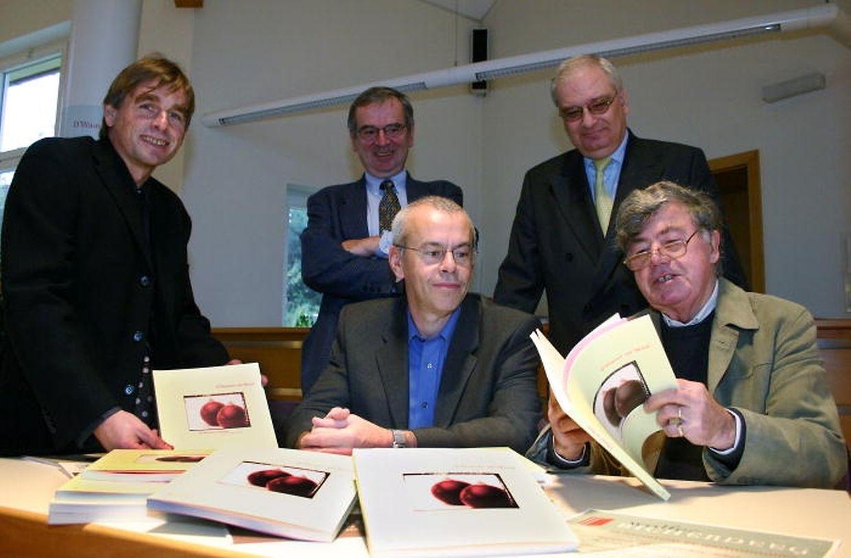 Auf den Walfer Bicherdeeg im Jahr 2004: Lex Jacoby (r.) im Beisein von John Trauden, Pol Puetz, Georges Hausemer und Bürgermeister Guy Arendt.