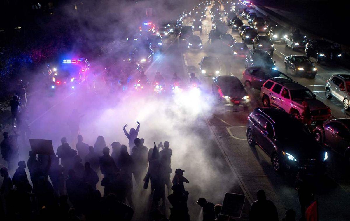 In Charlottesville marodierten auch Anhänger des Ku Klux Klan. Auf dem Bild blockieren Antirassistische Demonstranten die Straße, die nach Charlottesville führt.