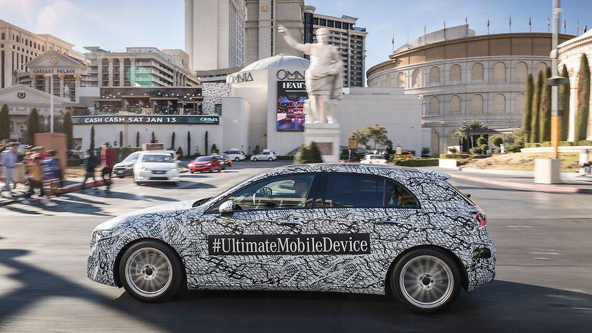 Rollendes Mobilgerät: In der neuen Mercedes-Benz A-Klasse – in Las Vegas noch im Tarnkleid unterwegs – kommt erstmals das Multimediasystem MBUX zum Einsatz.