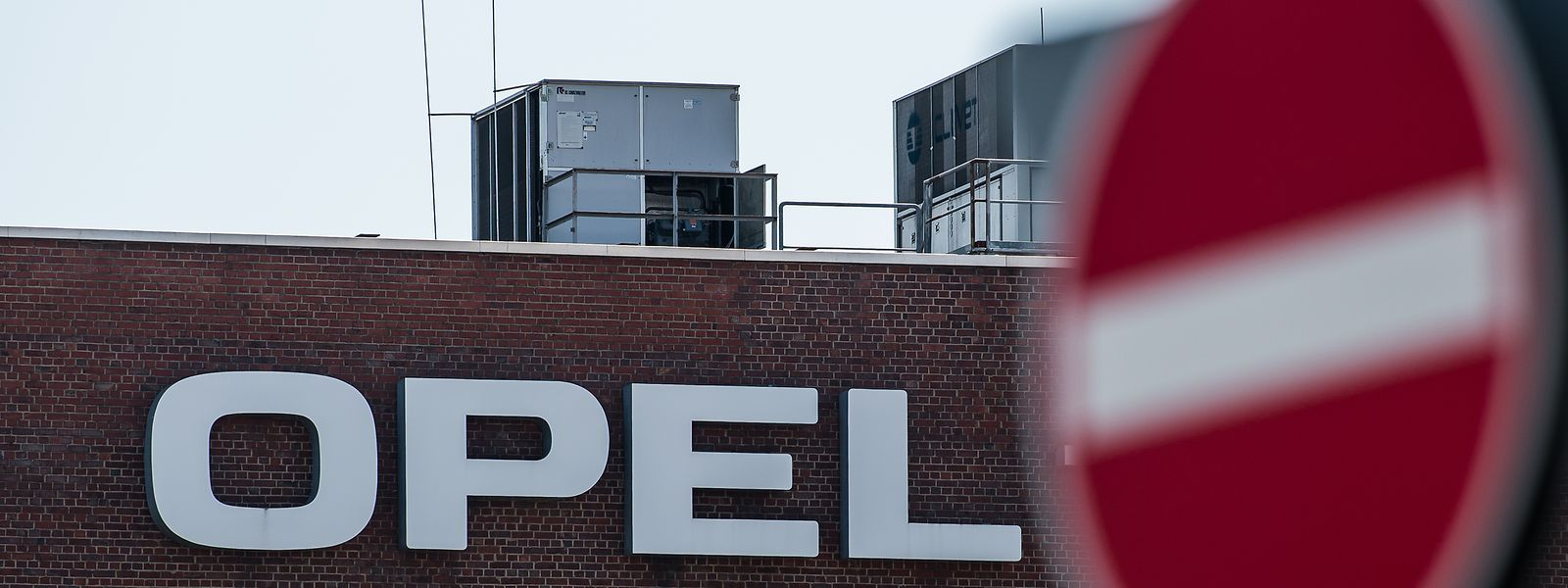 Der Schriftzug «Opel» ist an der Fassade des Opel-Werks in Rüsselsheim zu sehen.