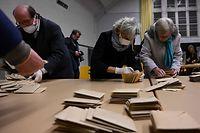 La France à l'heure du dépouillement: moins d'un électeur sur deux s'est déplacé.