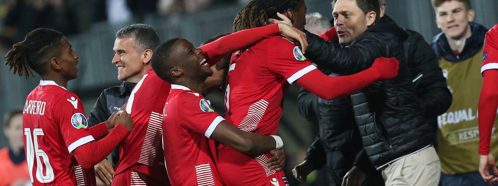 C'est la folie sur le banc luxembourgeois: Gerson Rodrigues vient de donner l'avantage aux Roud Léiwen.