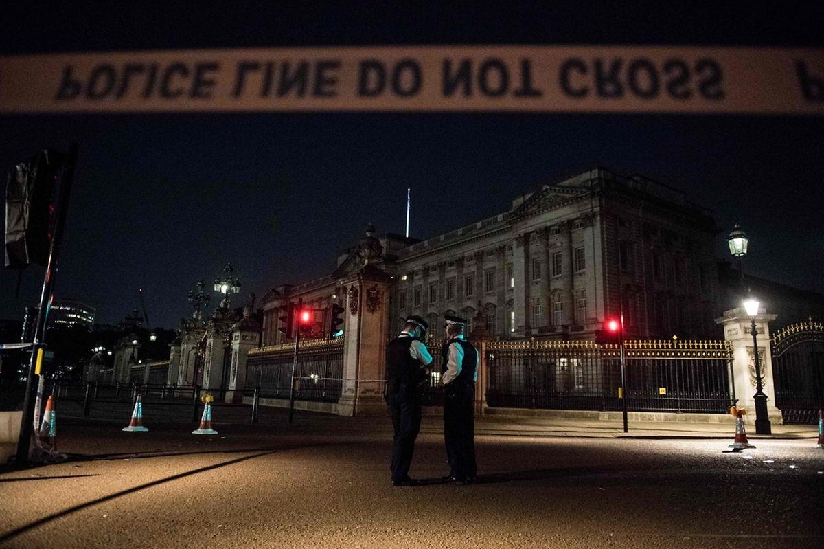 La reine Elizabeth II ne se trouvait pas devant le Palais de Buckingham au moment des faits. Elle est dans sa résidence écossaise de Balmoral.