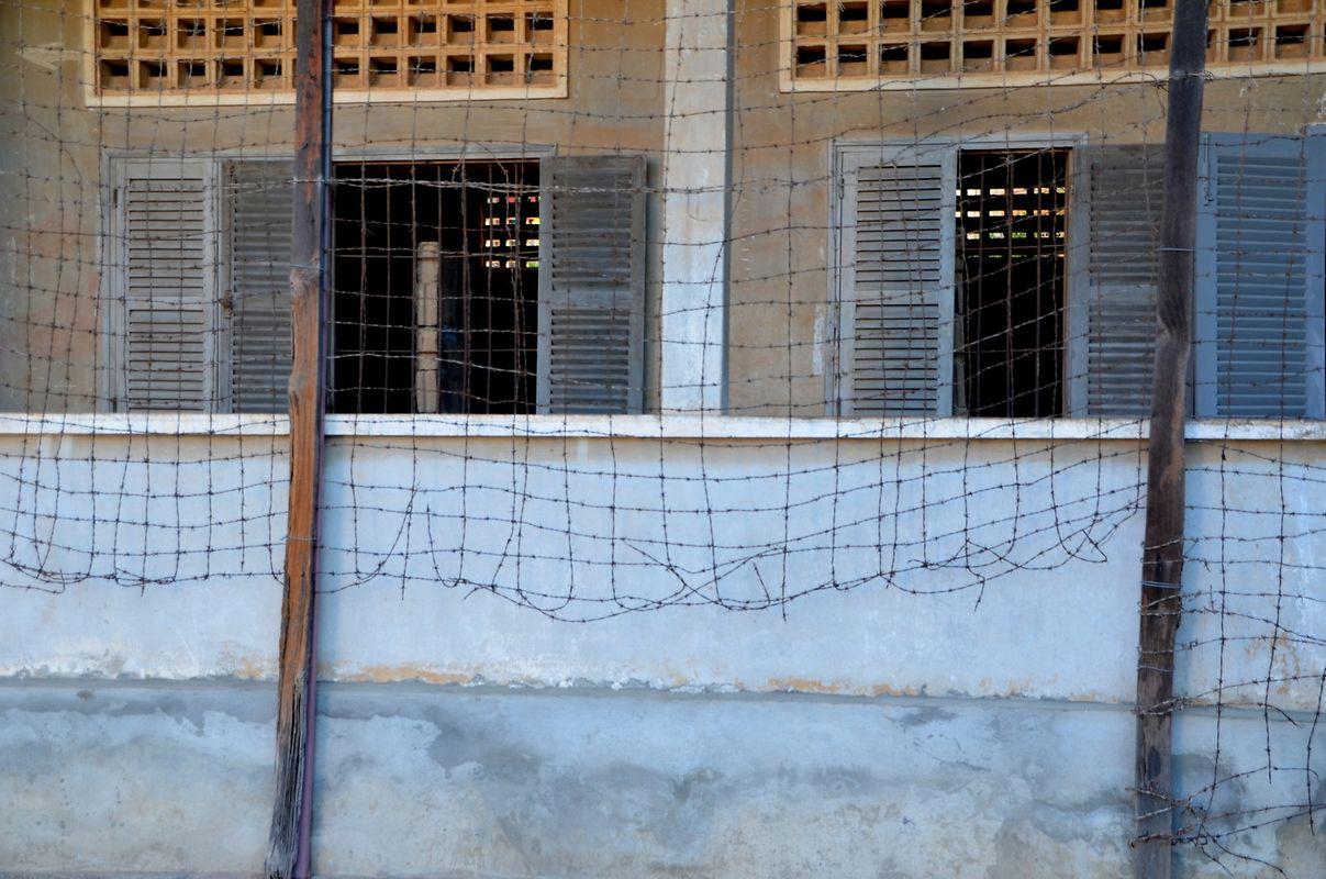 Des barbelés avaient été placés sur les balcons à chaque étage pour empêcher les prisonniers de sauter