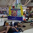 Touristen aus Europa und Australien warten an dem internationalen Flughafen Lombok auf die nächste Möglichkeit für einen Rückflug.