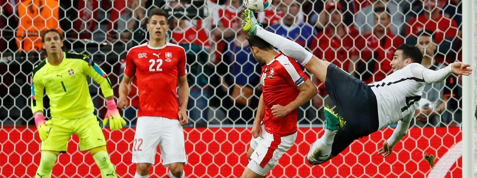 Der Franzose Adil Rami (r.) sah für diese Aktion gegen den Schweizer Admir Mehmedi Gelb.