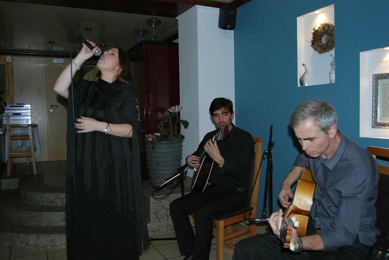 Catia de Oliveira acompanhada por Rui Pedro Claro na guitarra portuguesa e Joaquim Caniço na viola