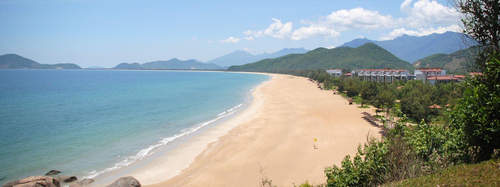 Türkisblaues Wasser und ein großer Strand laden in Lang Co zum Entspannen ein.