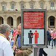 SRT-Bild Archivnummer: 1875111125, PARIS, H.W.Rodrian/SRT, Beschreibung: Paris, Schild Achtung Taschendiebe vor dem Haupteingang zum Musée du LouvreHonorarpflichtiges Motiv, SRT Bildarchiv, www.srt-bild.de, Tel. 08171/4186-6, Fax 4186-85, Konto 3845 73-808 bei Postbank München (BLZ) 700 100 80. Orig.-Name: IMG_2157.JPG, Motiv max. verfügbar in 5184 x 3456 px.