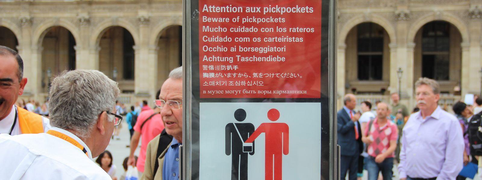"""""""Attention aux pickpockets – Achtung Taschendiebe"""", heißt es vor dem Louvre in Paris."""