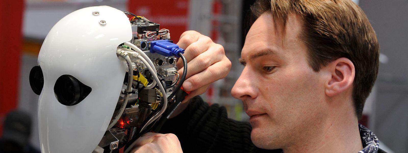 """Roboter und andere """"intelligente"""" Maschinen bestimmen zunehmend das Berufs- und Privatleben der Menschen."""