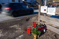 05.01.2020, Italien, Luttach: Blumen, Kerzen und Gedenkschmuck liegen am Ort des Unfalls. Ein Auto war in eine Gruppe Urlauber gefahren und hat dabei sechs Menschen getötet. Foto: Lino Mirgeler/dpa +++ dpa-Bildfunk +++