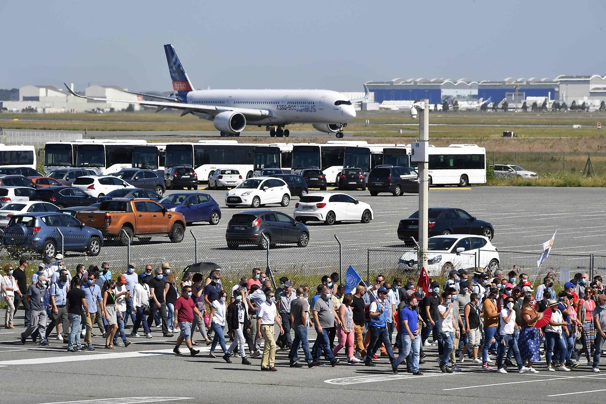 Rien qu'à l'échelle de l'UE, le secteur aérien pourrait se séparer de plus de 65.000 salariés... .