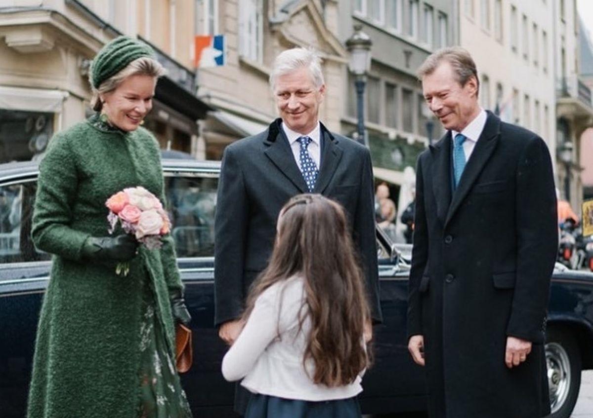 A chegada ao Palácio Real onde Marie, de oito anos entrega um bouquet de flores à rainha Mathilde.